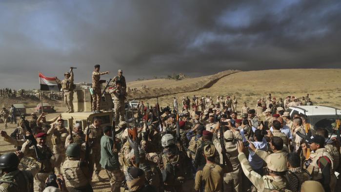I udkanten af Mosul fejrer irakiske soldater torsdag, at de har erobret land fra Islamisk Stat.