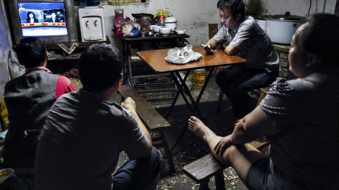 Udfordringer er der nok af for Kinas kommunistparti. Stagnerende vækst og behovet for reform af de statsejede virksomheder for eksempel. Men partiet synes mere optaget af at sikre sin egen magtposition. Her følger migrantarbejdere med i nyhederne fra deres logi på en sweatshop i byen Chongqing.
