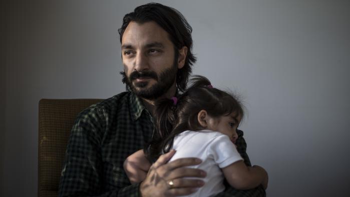 'Jeg ville beskytte min pige mod at skulle stå til regnskab for andre menneskers religiøse forventninger,' siger Ercan Alici om sin beslutning om at stå åbent frem og fortælle, at han ikke er muslim.