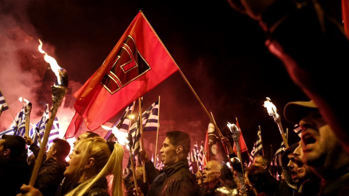 'Over hele Europa er nye fascistiske, højreautoritære, højreradikale og højrepopulistiske strømninger, bevægelser og partier i fremmarch,' skriver dagens kronikør. Billede fra demonstration arrangeret af det højreradikale græske parti Gyldent Daggry.