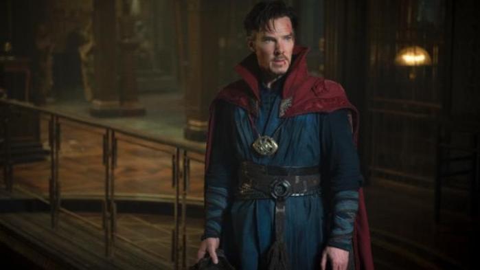 Benedict Cumberbatch spiller den arrogante læge, der bliver uselvisk troldmand i den underholdende og flippede superheltefilm, 'Doctor Strange'
