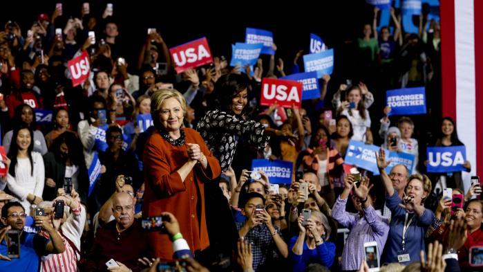 Hillary Clinton fører valgkamp med hjælp fra Michelle Obama. 11 dage før valget skal finde sted, har FBI valgt at genoptage undersøgelsen af Clintons e-mail-sag. En begivenhed som den republikanske kandidat, Donald Trump, ikke var sen til at bruge.