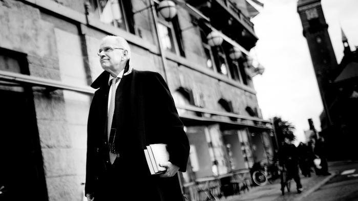 Jørgen Ejbøl nægtede i 2014 at overholde en aftale om at træde tilbage som næstformand i JP/Politikens Hus. Det gjorde bestyrelsen i Politiken-Fonden så rasende, at situationen truede med at rive Danmarks største privatejede virksomhed midtover kun 11 år efter dannelsen.