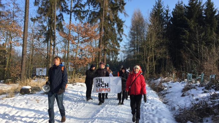 Aleppo-marchen gennem skoven i Ricany morgenen efter afgangen afgangen fra Prag.