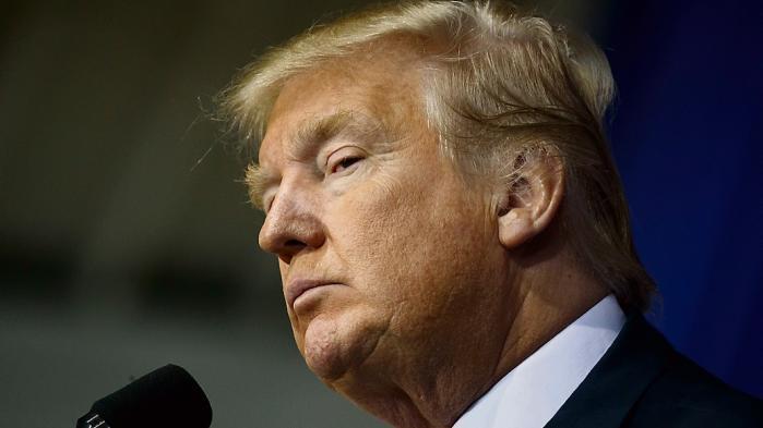 Alfaansigtet med de sænkede øjenbryn, sammenknebne øjne og stålsatte mundsikrede Trumpsejren.