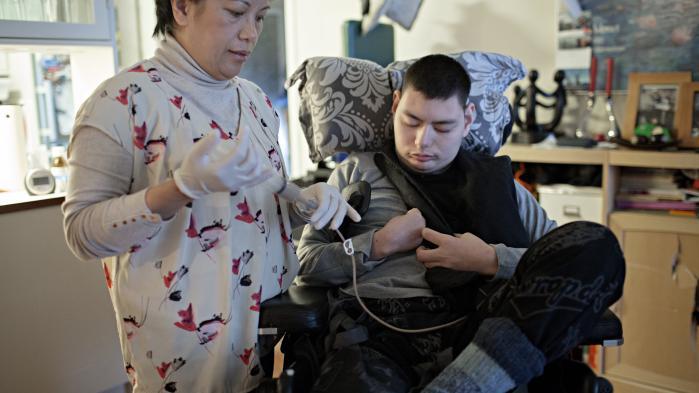 Tim er multihandicappet, mentalt retarderet og har epilepsi. Efter at han har fået frataget hjælp fra kommunen må hans mor selv passe ham det meste af tiden.