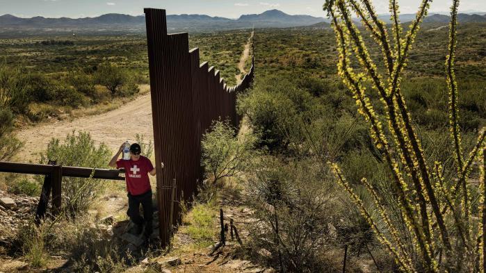 Opførelsen af en mur begyndte under Bush, og både Obama og Hillary stemte for at bygge den. Under valgkampen brugte venstrefløjen muren til at mobilisere til modstand mod Trumps menneskesyn og racisme, og hjalp på den måde Trump med at udbrede budskabet om, at muren ville stoppe mexicanernes forsøg på at komme til USA. Her foto fra grænsen til Mexico.