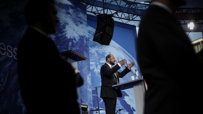 I 1955 blev Martin Schulz født i den tyske by Eschweiler tæt på de hollandske og belgiske grænser. Han var den yngste af fem børn, hans far var politibetjent, hans mor hjemmegående, selv var han en rod. I dag er han en seriøs udfordrer til kansler Angela Merkel.