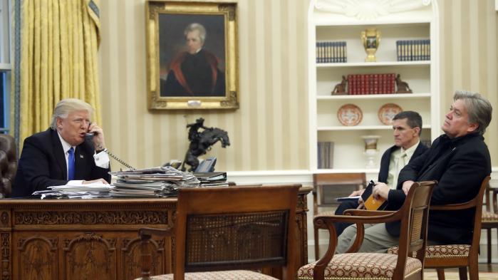 Donald Trump med chefstrateg Steve Bannon og den nu fyredesikkerhedsrådgiverMichael Flynn.