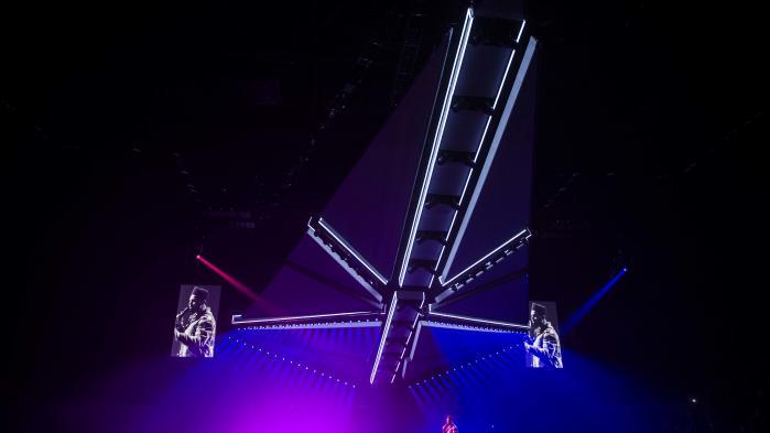 Sammenlignet med popshows fra folk i samme liga som The Weeknd – og dem er der ikke mange af – var det et ganske nedbarberet show, The Weeknd stillede op med i Royal Arena. Under den rumskibslignende overscene var den centrale rekvisit hans fløjsbløde stemme.