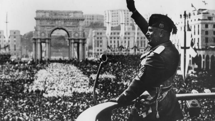 De europæiske demokratiers nedtur i Mellemkrigstiden begyndte med Benito Mussolinis erobring af regeringsmagten i Italien i 1922. De to senere indbyrdes modstandere Adolf Hitler og Winston Churchill blev begge Mussolinis næsegrus beundrere. De blev inspireret af hans brug af massemedierne.