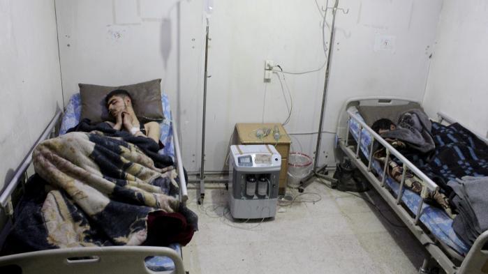 På et felthospital modtager patienter behandling efter at være blevet såret i et regimestyret angreb i Damaskus-forstaden Arbin.