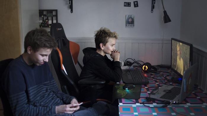 Klassekammeraterne Zacharias Overgaard Schrøder og William Larsen (til højre), 13 år, sidder og ser på videoer af YouTube-stjernen PewDiePie. De synes, at han er allermest sjov, når han er rigtiggrov, og de vil højst sandsynligt kun tage afstand fra ham, hvis han bliver mere 'børnevenlig'. Foto: Marie Hald