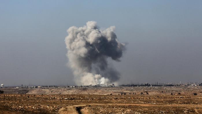 Røg fra et et bombenedslag i det vestlige Mosul som konsekvens af den USA-ledede koalitions luftangreb.
