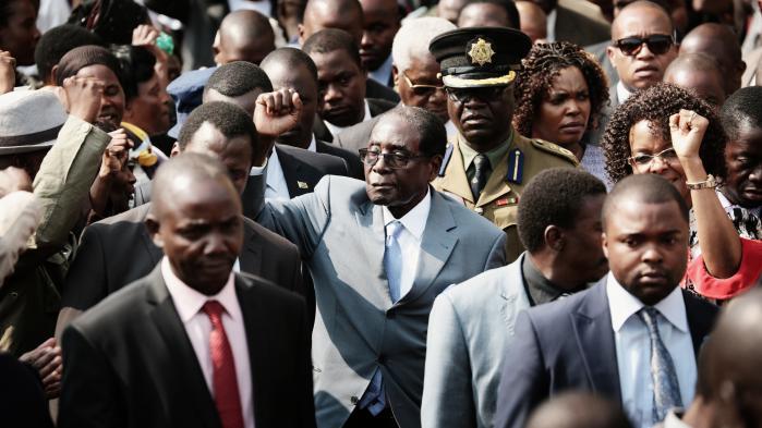 Utallige gange er Mugabes politiske modstandere i ind- og udland blevet undergravet af hans parathed til at gøre lige netop det utænkelige: Han tager ikke alle de hvides farme, for det vil ødelægge landets økonomi, lød logikken i slutningen af 1990'erne. Men jo, det gjorde han netop.