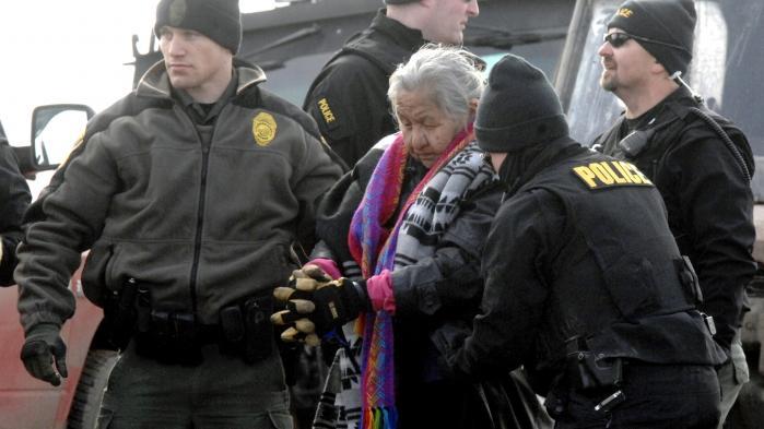 På ordre fra Donald Trump rykkede amerikansk politi og nationalgarde onsdag og torsdag i sidste uge ind i Oceti Sakowin-teltlejren og beordrede aktivisterne ud. 46 personer blev arresteret ved aktionen, herunder denne ældre kvinde.