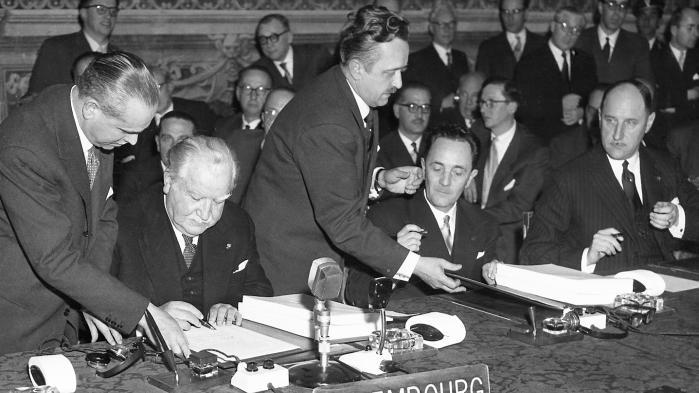 Luxembourgs daværende udenrigsminister, Joseph Bech, underskriver Rom-traktaten den 25. marts, 1957.