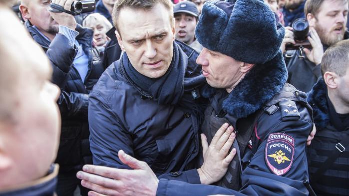 Tusindvis af russere deltog i weekendens antikorruptionsdemonstration arrangeret af oppositionspolitikeren Aleksej Navalnij, der her bliver ført væk af politiet under demonstrationen i Moskva. Ifølge Ritzau blev han mandag idømt 15 dages fængsel for at nægte at adlyde politiet.
