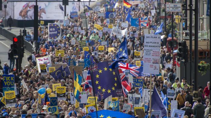 I dag aktiverer Storbritannien Lissabon-traktatens Artikel 50 og starter forhandlingerne om at forlade EU. Men siden Brexit-afstemningen er tusindvis af briter sprunget ud som eurofile aktivister, politikere på tværs af partiskel gør oprør, nye medier er opstået, og fælles for dem er troen på, at det kan betale sig at kæmpe for at stoppe Brexit