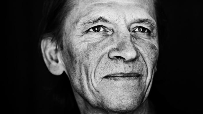 Den utrættelige, insisterende, iltre, intense og lynende intelligente musiker og tænker Peter Bastian ville selv forstå fysikken, musikken og alt det spirituelle. Forfra og oplevet