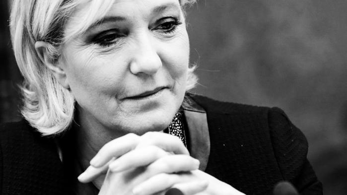 Le Pen, der konsekvent afholder sig fra at bruge ordet feminist om sig selv, forsøger nu at spille på sine feminine sider i kampagnevideoer og særlige pjecer, der er designet tilat nå kvindelige vælgere.
