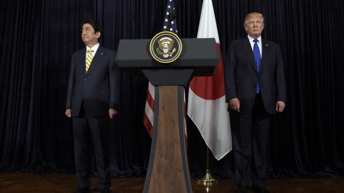 Trump gjorde klogt i at invitere Japans premierminister, Shinzo Abe, som sin første gæst til USA. Men derudover er det ikke til at finde hoved eller hale i præsidentens udenrigspolitik