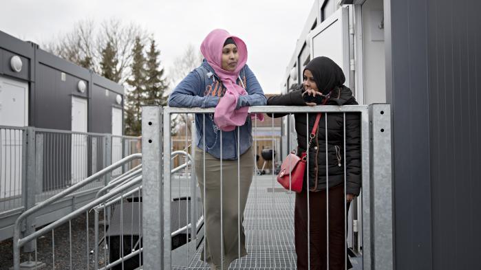 De to somaliske kvinder har boet i boligpavillonerne de seneste fem måneder. Inden da var de blandt de heldige få, der var indkvarteret i et parcelhus. De måtte flytte, fordi familier som udgangspunkt har førsteret til husene. Fatma er kommet til Danmark alene, og umiddelbart er der ikke noget, der tyder på, at kommunen anviser hende en ny bolig