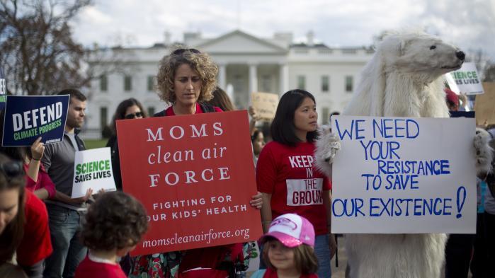 Demonstranter foran Det Hvide Hus efter Trumps klimadekret.