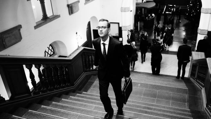 Ældreminister Thyra Frank (LA), udenrigsminister Anders Samuelsen (LA), kulturminister Mette Bock (LA) og senest transportminister Ole Birk Olesen (LA) har på forskellige tidspunkter, og af forskellige årsager måttet sande, at kun en tåbe frygter ikke Dansk Folkeparti. Nu er det måske blevet miljø- og fødevareminister Esben Lunde Larsens (V) tur.