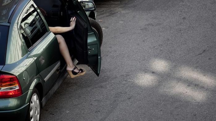En prostitueret bliver samlet op på Istedgade. (Arkivfoto)