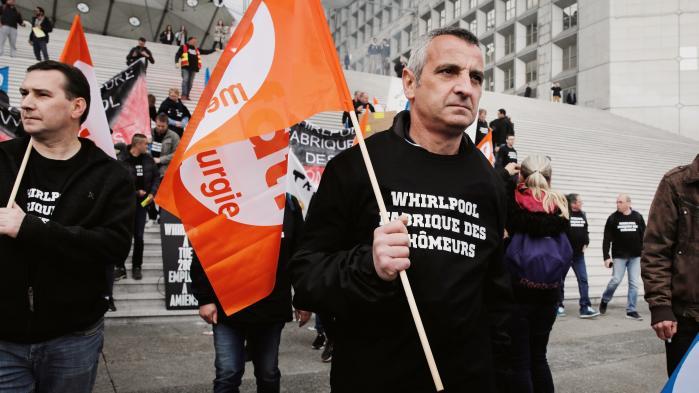 Medarbejdere fra fabrikken Whirlpool i Amiens demonstrerer den 18. april ude foran virksomhedens hovedkvarter i forbindelse med lukningen.