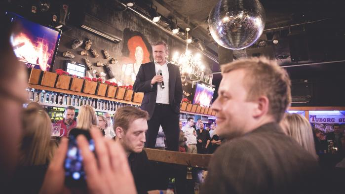 Liberal Alliances leder, Anders Samuelsen, delte fredag aften blå shots ud på en bar i Jomfru Ane Gade og holdt tale for de fremmødte partifæller forud for weekendens landsmøde.