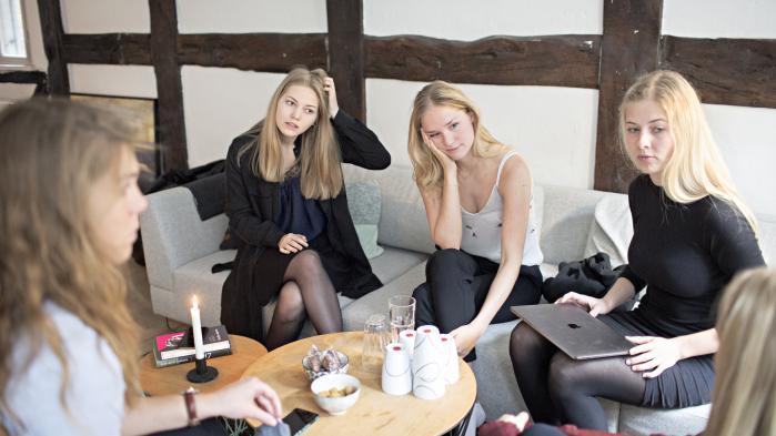 Kvinderne i Female Invest ser ikke deres projekt som feministisk. Det handler først og fremmest om at tjene penge. Til venstre er det Caroline Stasig, i sofaen sidder Laura Hardahl, Ida Mentz og Anna-Sophie Hartvigsen.