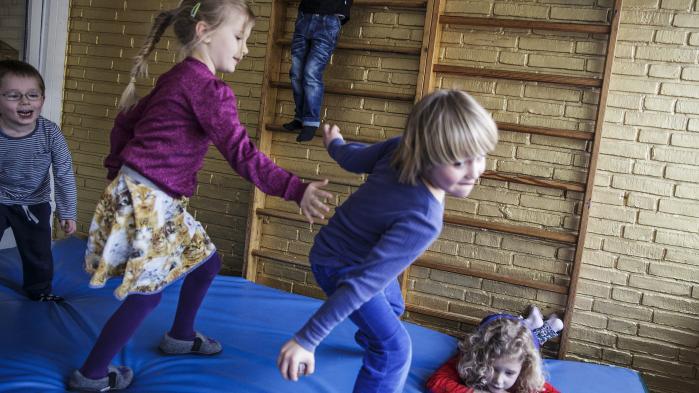 Familieterapeut og forfatter Jesper Juul beskriver i sin nye bog forældreskabet anno 2017. For ham handler det i dag om, at vi skal turde at være sårbare ledere, der er nysgerrige og nærværende i forhold til, hvad vores børn er for nogle størrelser