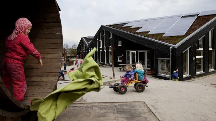 Vindmøller og solceller bliver hastigt billigere, og Energikommissionen foreslår derfor, at statsstøtten ophører inden 2030, og at sol, vind m.m. derefter klarer sig på markedsvilkår. Her daginstitutionen Solhuset.