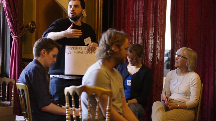 Balkonfoyeren i Det Kongelige Teater omdannet til diskussionsklub. Inspirationen er den belgiske filosof Chantal Mouffes pointe om, at demokratiet skal rumme og fordre uenighed, for det driver samfundet frem.