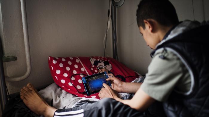 Udlændingestyrelsen henviser uledsagede børn, som skønnes for umodne til at gennemgå asylproceduren, til at leve på asylcentre år efter år. Dansk Flygtningehjælp er dybt bekymret