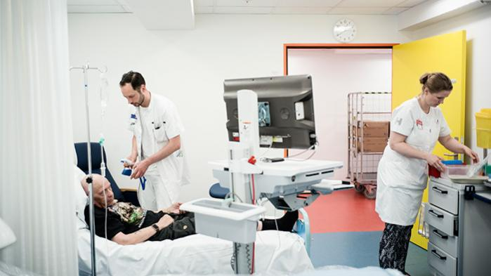 Reservelæge Nicolai Grønne Dahlager Jørgensen og sygeplejeske Trine Brandbyge undersøger en ny vaccine til T-celle-cancerterapi på patient Jens Peter Holm Sørensen