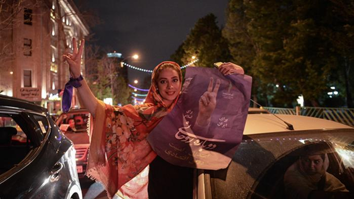 Hassan Rouhani-tilhænger efter det blev annonceret, at den iranske præsident får fire år mere