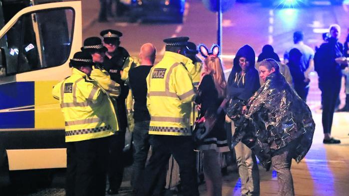 Redningsarbejdere og koncertdetaljere efter angrebet sent mandag aften.