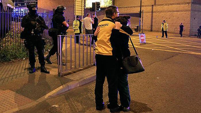 Forældre og teenagere i panik efter koncert med popstjernen Ariana Grande i Manchester i England. Mindst 22 meldes dræbt ved terrorangreb, siger politiet