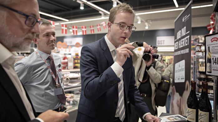 Fødevareminister Esben Lunde Larsen var onsdag til den officielle lancering af statens Dyrevelfærdsmærke, som skal gøre det klart og nemt for danske forbrugere at støtte dyrevelfærd. Ministeren har tillid til, at svinelandmændne ikke springer over, hvor gærdet er lavest i forhold til kravene i det nye Dyrevelfærdsmærke