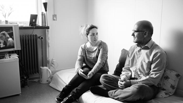 Det syriske ægtepar Rouzin Jabo og Hussein Wali bor i dag i et spartansk rum på ca. 10 kvadratmeter i barak 30 på Udsendelsescenter Sjælsmark. De venter på, at de kan sendes tilbage til Syrien, efter at de er blevet dømt for menneskesmugling.