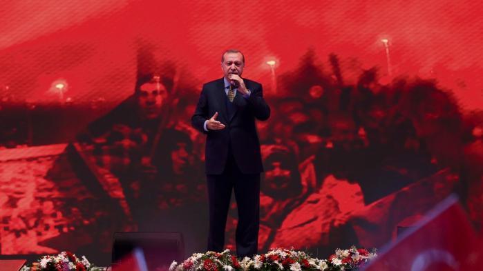 Præsident Erdogan under en mindehøjtidelighed for de faldne under sidste års kupforsøg. Erdogan har benyttet lejligheden til at skaffe sig af med mange modstandere, ikke mindst medlemmer af Hizmet-bevægelsen. Men bevægelsens tilhængere har også gjort det nemt for den tyrkiske leder med en række dårlige beslutninger, erkender en tilhænger.