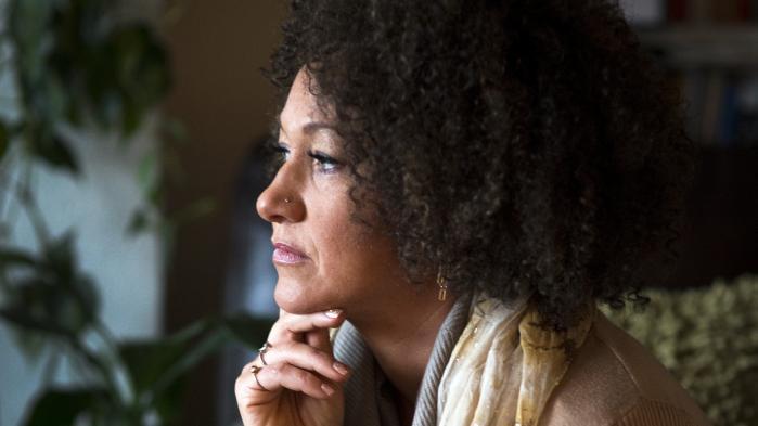 Da det kom fra, at borgerretsaktivisten Rachel Dolezal, der havde præsenteret sig som sort i årevis, faktisk havde hvide forældre, blev hun anklaget for racisme og svindel. Hvorfor accepterer vi ikke raceskifte, når vi accepterer kønsskifte, spørger amerikansk filosof.