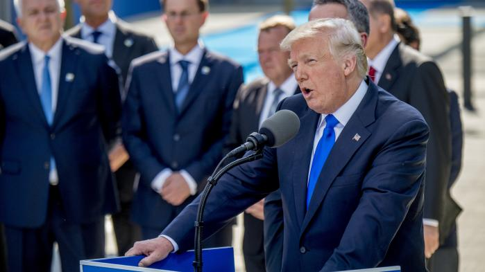 Trumps budskab til de allierede er utvetydigt: Hvis europæerne føler sig truet af Rusland, bør de selv betale regningen for et solidt forsvar. USA er ikke længere villig til at være alene om at stille med flyhangarer, langtrækkende bombefly og missiler og raketforsvar. Det skal europæerne også investere i