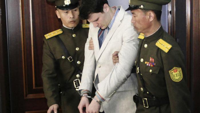 Otto Warmbier, mens han stadig var i live, fotograferet under den retssag, hvor hanfik en fængselsdom på 15 år. Arrestationen af den 22-årige amerikaner for en drengestreg var et særsyn i et nordkoreansk system, hvor det som regel er religiøs forkyndelse eller ulovlig grænsekrydsning, der udløser fængslinger af udlændinge.
