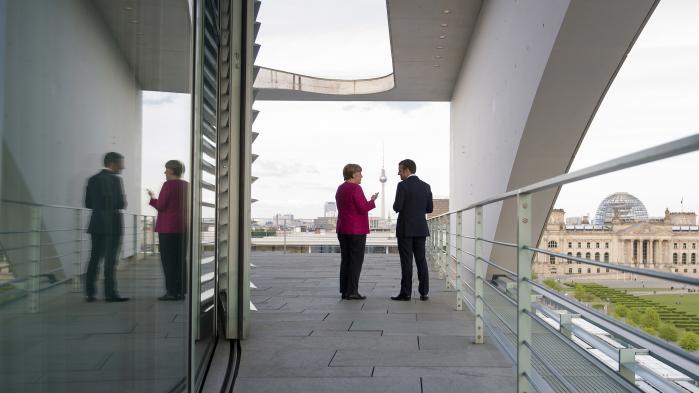 Angela Merkel og Emmanuel Macron sammen i Berlin. De to statsledere fremstår umiddelbart som nære alliancepartnere, men på det økonomiske område har de væsensforskellige interesser.
