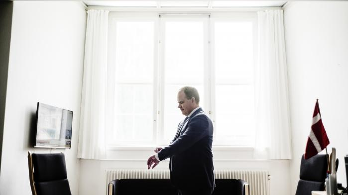 Da Martin Henriksen i 2005 blev valgt ind i Folketinget, havde han kun et lyst jakkesæt. Det satte han tit sammen med sort skjorte og hvis slips til partiets presseafdelings frustration. Det gav uheldige associationer til Al Capone og forbudstidens Chicago, mente man. I dag har det nye medlem af DF's koordinationsudvalg udvidet garderoben.