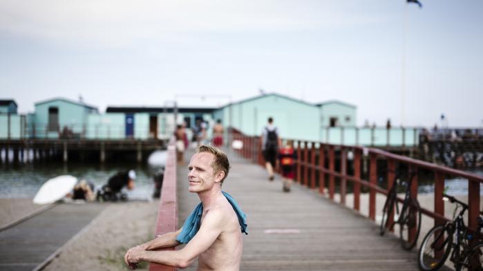 På badeanstalten Helgoland har foreningslivet udviklet sig til en kampplads for ligestilling mellem kønnene. Hvor mænd har følt sig diskrimineret. Nu synes denne længerevarende konflikt at være løst ved kompromis. Et kompromis, som medlem Thomas Rene Kristensen er tilfreds med.